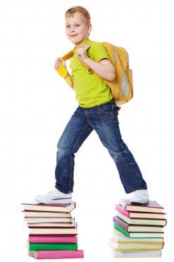 Schüler läuft auf Büchern
