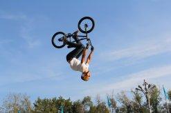 Jugendlicher schlägt Salto mit Fahrrad