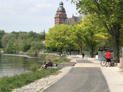 Foto mit Blick auf das neu gestaltete Mainufer