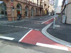 Roter Schutzstreifen für Radfahrer in der Erthalstraße