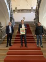 Marc Busse, Oberbürgermeister Jürgen Herzing und Andreas Jung mit der Club-Urkunde im Neuen Rathaus in Leipzig. Foto: privat