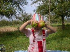 Kind mit Äpfeln