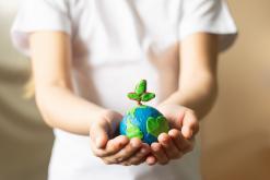 kleine Erdekugel in Händen