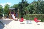 rote Wipptiere vor Rutschenturm im Sandkasten auf dem Spielplatz Ahornweg / Pappelweg