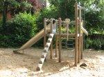 Holzspielgerüst im Sandkasten auf dem Spielplatz Orbweg