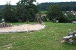 Sandkasten mit Schaukel auf dem Spielplatz Glaserstraße