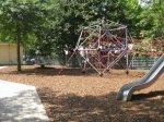 Klettergerüst und Rutsche auf dem Spielplatz Liebigplatz