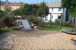 Rutschenhügel und Sandspielfläche auf dem Spielplatz Preußenweg
