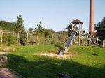 Rutschenturm auf der grünen Wiese auf dem Spielplatz Südring / Clemensheim