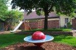rote Wippscheibe auf dem Spielplatz Webergasse