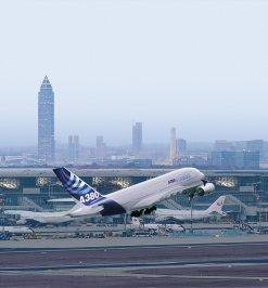Frankfurter Flughafen mit Skyline Frankfurt
