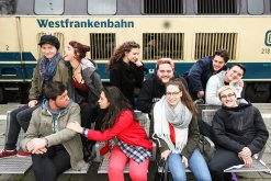 """Die Theatergruppe der Beruflichen Oberschule posiert für ihr Stück """"Wer versteht hier Bahnhof"""" auf dem Aschaffenburger Hauptbahnhof  (© FOS/BOS Aschaffenburg)"""