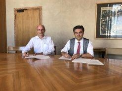 Oberbürgermeister Klaus Herzog und der Bürgermeister des Marktes Goldbach, Thomas Krimm, bei der Unterzeichnung der Vereinbarung im Aschaffenburger Rathaus.