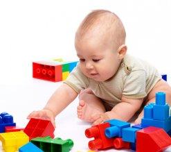 Spielendes Kleinkind