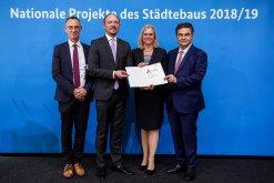 Foto der der Urkundenverleihung in Berlin