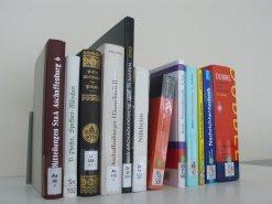 Von A bis Z reichen die Signaturen in der Bibliothek
