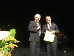 Oberbürgermeister Klaus Herzog überreicht den Kulturpreis an Dr. Stephan Dessauer. Foto:  Katrin Küx, BR