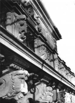 Foto der Fratzen am Schloss Johannisburg