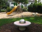 gelbe Rutsche und Drehwippe auf dem Spielplatz Siechenhausweg